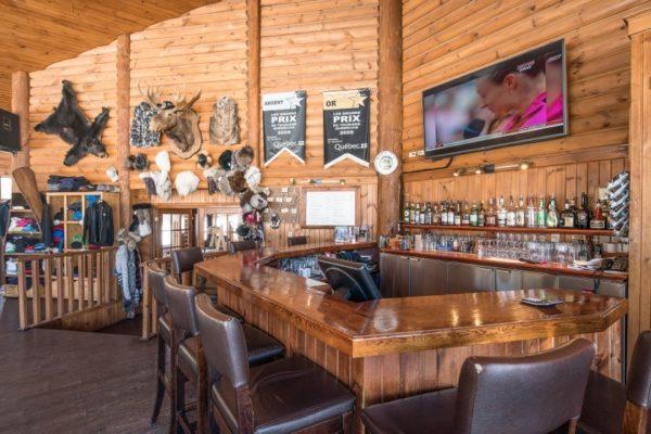 Le bar de l'auberge de la Pourvoirie Mekoos. Venez prendre un verre!
