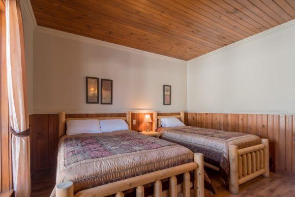 Chambre#1 à l'auberge de Pourvoirie Mekoos. Un lit double et un lit simple