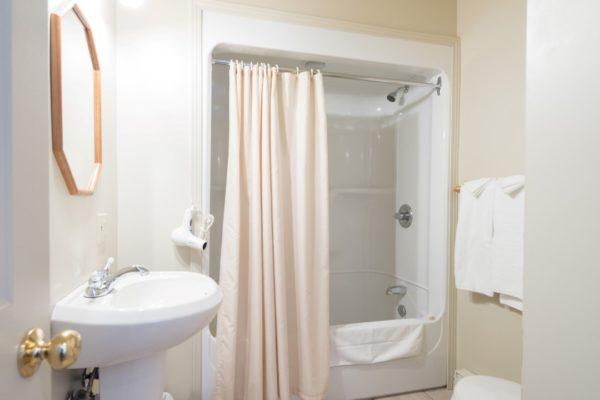 Chambre#1 à l'auberge de la Pourvoirie Mekoos. La salle de bain