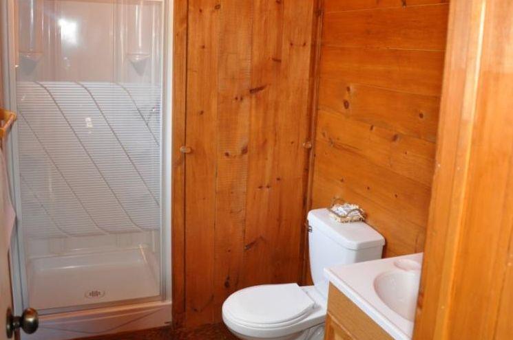 Chalet Chevreuil salle de bain de la Pourvoirie Mekoos.